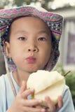 Muchacho que come la pera Foto de archivo