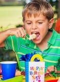Muchacho que come la torta Fotos de archivo