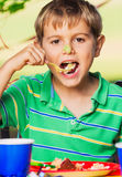 Muchacho que come la torta Foto de archivo libre de regalías