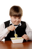 Muchacho que come los tallarines inmediatos Imagen de archivo