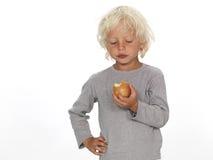 Muchacho que come una manzana Imagen de archivo libre de regalías
