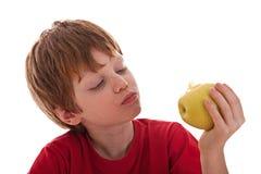 Muchacho que come una manzana verde Imágenes de archivo libres de regalías