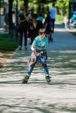 Muchacho que conduce patines en línea Imagenes de archivo