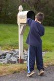 Muchacho que consigue el correo Fotos de archivo libres de regalías