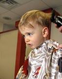 Muchacho que consigue un corte de pelo Imagenes de archivo