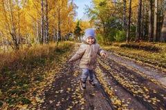 Muchacho que corre en el bosque del otoño Fotografía de archivo