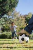 Muchacho que corre hacia el fútbol Imagenes de archivo