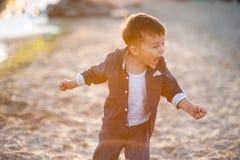 Muchacho que corre a lo largo de la playa foto de archivo