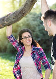 Muchacho que corteja a una muchacha en parque Fotografía de archivo libre de regalías