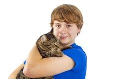 Muchacho que cucharea con su gato Fotos de archivo libres de regalías