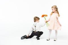 Muchacho que da las flores a la muchacha fotografía de archivo libre de regalías