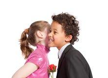 Muchacho que da una rosa a una muchacha Fotos de archivo libres de regalías