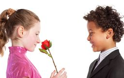 Muchacho que da una rosa a una muchacha Foto de archivo