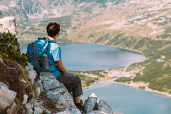 Muchacho que descansa en las montañas Imagen de archivo libre de regalías