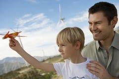 Muchacho que detiene a Toy Glider With Father Imagen de archivo