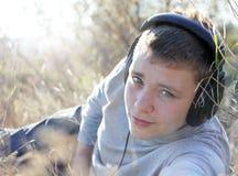 Muchacho que disfruta de música Foto de archivo