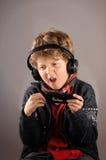 Muchacho que disfruta de música con los auriculares Imagen de archivo