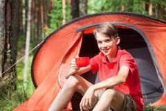 Muchacho que disfruta de verano en acampar Foto de archivo libre de regalías