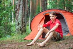 Muchacho que disfruta de verano en acampar Imagenes de archivo