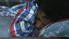 Muchacho que duerme dentro de la maleta almacen de video