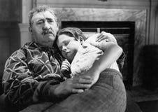 Muchacho que duerme en el revestimiento de su abuelo (todas las personas representadas no son vivas más largo y ningún estado exi Fotos de archivo libres de regalías