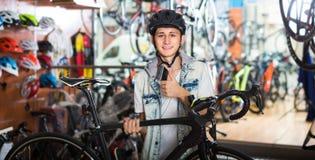 Muchacho que elige la nueva bicicleta Imagen de archivo