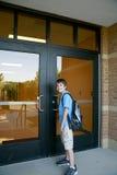 Muchacho que entra escuela imagenes de archivo