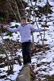 Muchacho que equilibra encendido inicio de sesión el invierno Fotografía de archivo libre de regalías