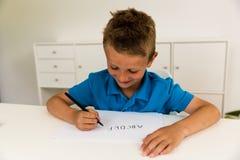 Muchacho que escribe el alfabeto de ABC Fotos de archivo