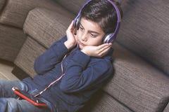 Muchacho que escucha la música Imágenes de archivo libres de regalías