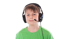 Muchacho que escucha la música con los auriculares Imagen de archivo libre de regalías