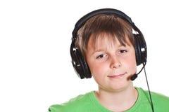 Muchacho que escucha la música con los auriculares Fotos de archivo