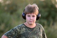 Muchacho que escucha la música con los auriculares Foto de archivo libre de regalías