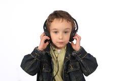 Muchacho que escucha la música en el fondo blanco Foto de archivo libre de regalías