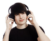 Muchacho que escucha la música en los auriculares Foto de archivo