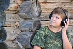 Muchacho que escucha la música en los auriculares Fotos de archivo libres de regalías