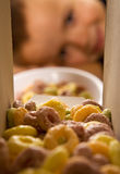 Muchacho que espera con impaciencia los cereales de desayuno Imagenes de archivo