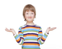 Muchacho que estira hacia fuera sus brazos con las palmas para arriba, mirada, sonriendo Fotos de archivo