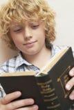 Muchacho que estudia la biblia Foto de archivo libre de regalías