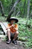 Muchacho que estudia la naturaleza Foto de archivo