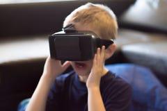 Muchacho que experimenta realidad virtual Fotos de archivo