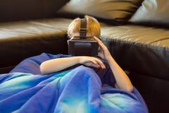 Muchacho que experimenta realidad virtual Foto de archivo