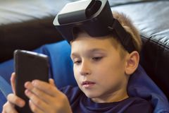 Muchacho que experimenta realidad virtual Fotografía de archivo libre de regalías