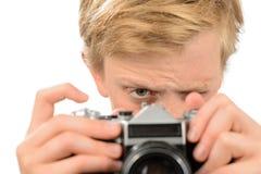 Muchacho que fotografía con la cámara retra Foto de archivo