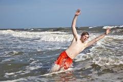 Muchacho que goza del océano y de la playa hermosos Imagen de archivo libre de regalías