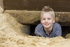 Muchacho que goza del parque y de la arena del juego Imagen de archivo libre de regalías