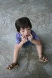 Muchacho que hace la cara divertida Foto de archivo libre de regalías