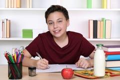 Muchacho que hace la preparación en la escuela Imagen de archivo