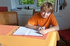 Muchacho que hace la preparación para la escuela Fotografía de archivo