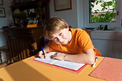 Muchacho que hace la preparación para la escuela Fotos de archivo